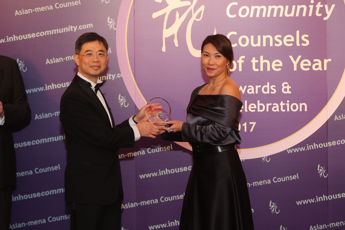 Financial Services (ex-Banking) Middle East Winner: Cisco Capital – Geordie Toh of Cisco Systems receives the award from Ivy Lai of Reed Smith