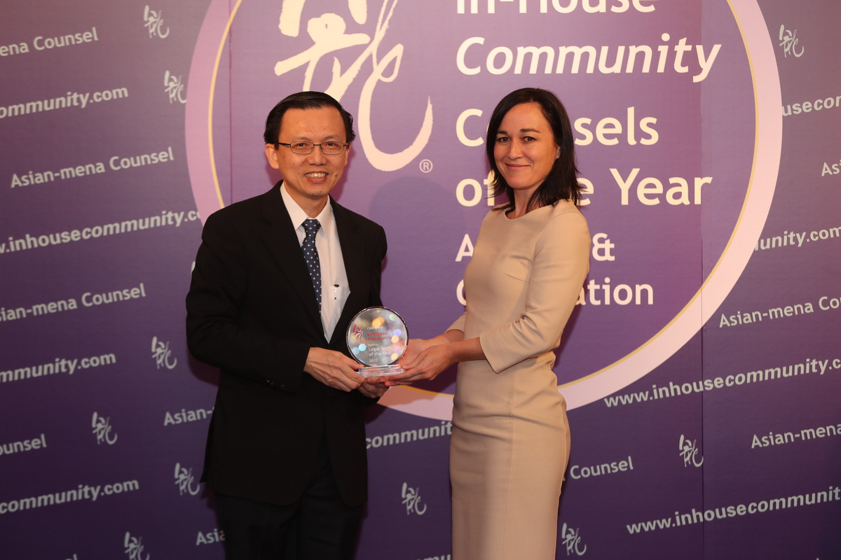 Banking Winner: CIMB Group – Chin Tok Lee of CIMB receives the award from Sarah Grimmer of the HKIAC
