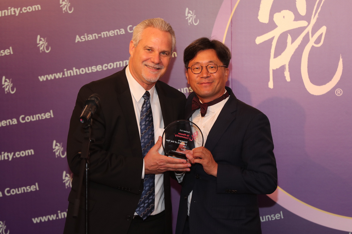 Yong-Pyo Yeom of Yulchon is presented with the Visionary Law Firm Asia award by Matthew Kendrick