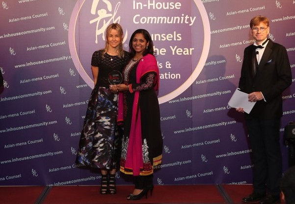 Small Team Winner: Sun Life Malaysia Assurance – Hema Sinnakaundan of Sun Life Malaysia receives the award from Kirsty Dougan of Axiom