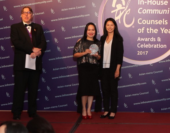 Change Management Asia Winner Ibiden Philippines – Racquel Ros of Ibiden (left) receives the award from Kathy Yeung of Blackberry