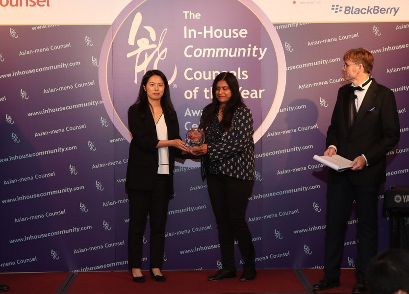 Innovation – Winner: Wockhardt –  Debolina Partap of Wockhardt (right) receives the award from Kathy Yeung of Blackberry