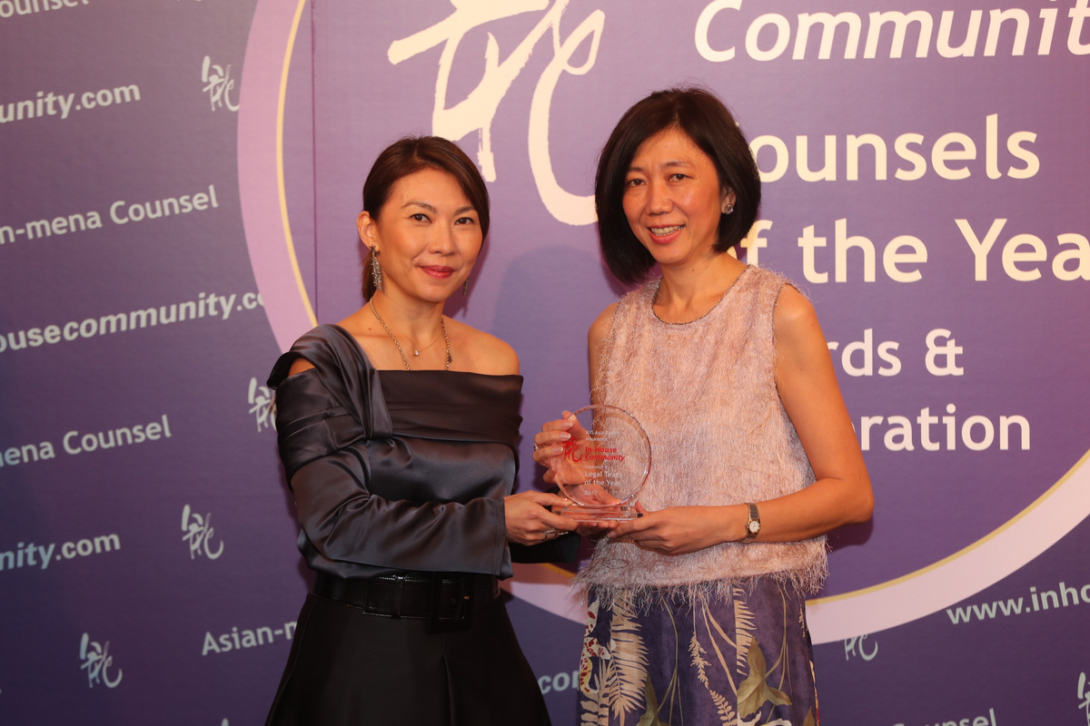 Insurance Team Winner: AIG Asia Pacific Insurance –  Christine Tam of AIG (right) receives the award