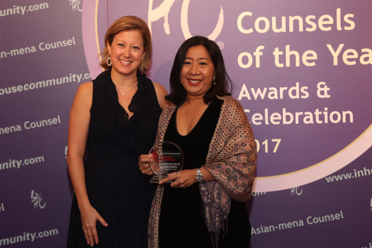 Corporate Social Responsibility Winner: Asian Development Bank –  Kori Emzita (right) of the ADB receives the award from Sue Tommey of HandsOn Hong Kong