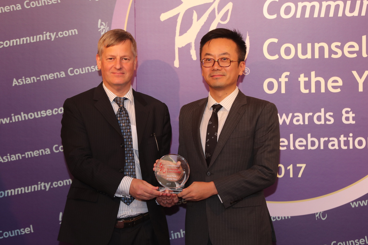 Deal Firm of the Year: Richard Morgen of Blackberry presents the award to David Tsai of Clifford Chance