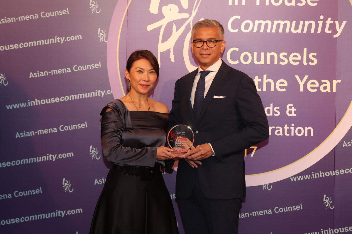 Financial Services (ex-Banking) Asia Winner: Aboitiz Equity Ventures – Manuel Colayco of Aboitiz collects from Ivy Lai of Reed Smith